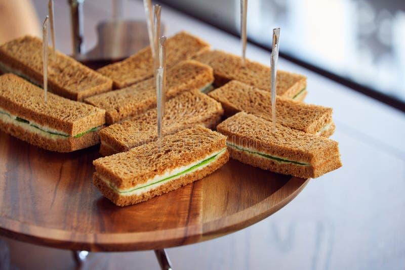 早餐酥皮点心用在木书桌上的棍子 免版税库存照片