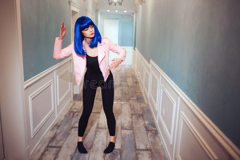时尚畸形人 魅力综合性女孩、假玩偶有空的神色的和蓝色头发移动长的走廊 时髦的妇女 免版税库存照片