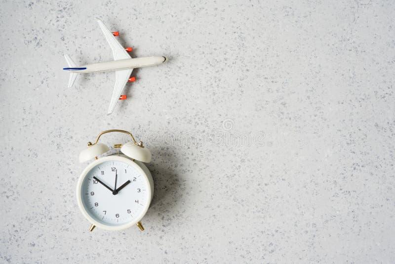 时刻旅行概念 有闹钟的塑料平面喷气机玩具乘客 库存图片