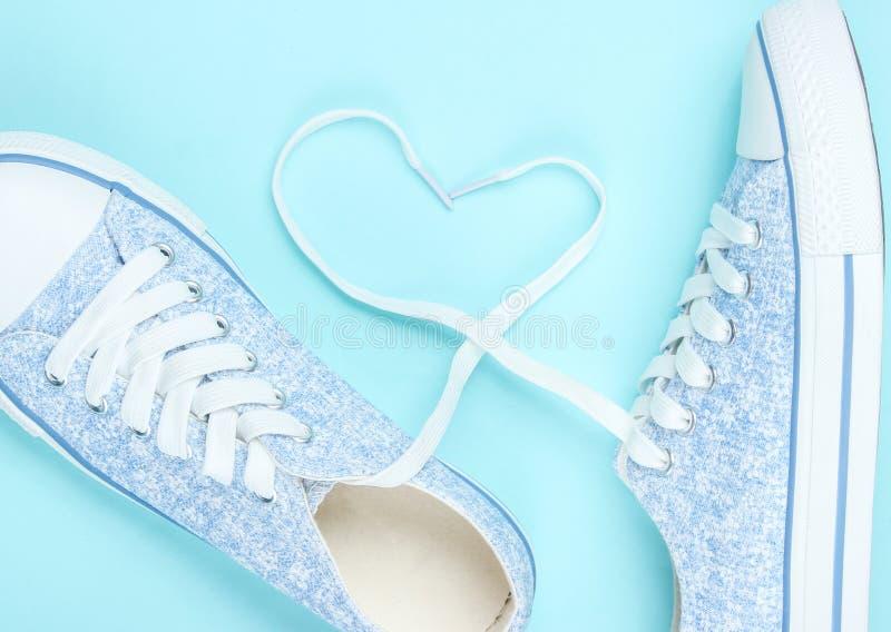 时兴的运动鞋,以心脏的形式鞋带 免版税图库摄影