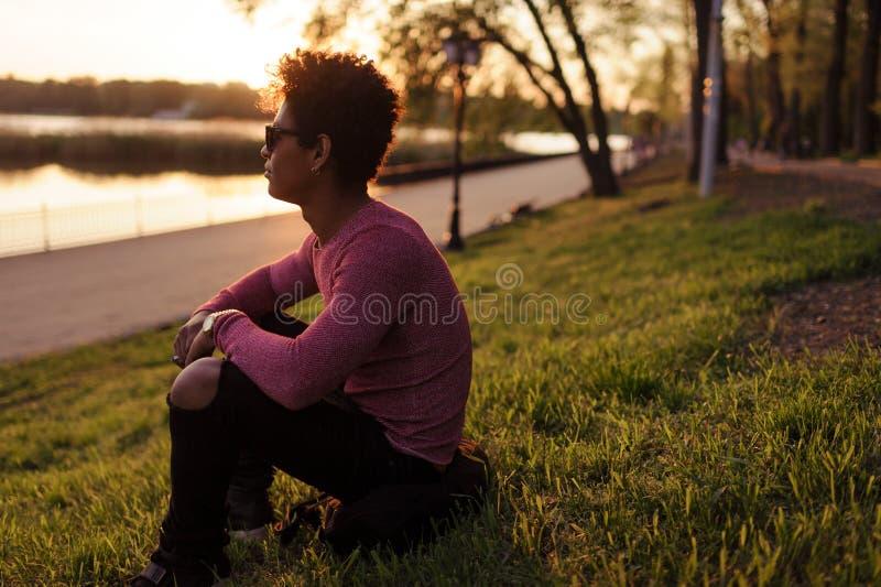 时髦的沉思人在看绿色的公园  免版税库存照片