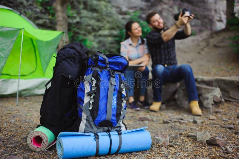 旅客享用Selfie在帐篷在野营假日夏天-旅行概念 库存照片