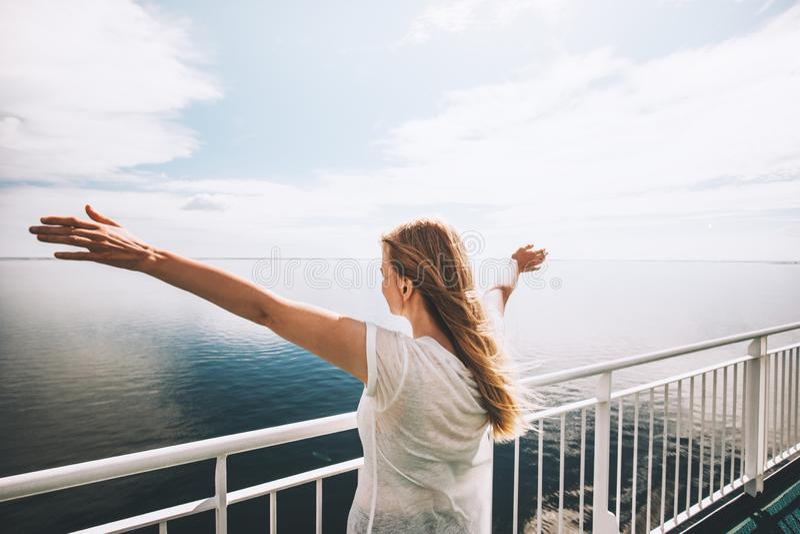 旅行由轮渡愉快的被举的手的妇女旅游海 免版税库存图片