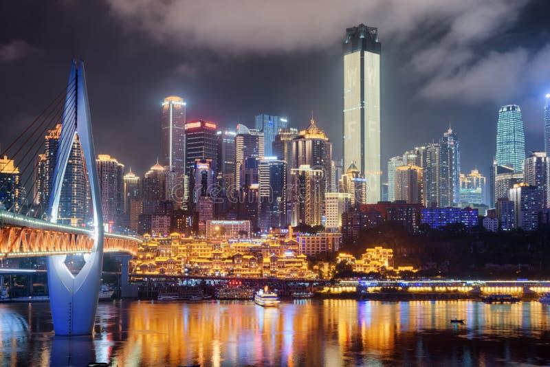 摩天大楼令人惊讶的夜视图在街市,重庆,中国 库存图片