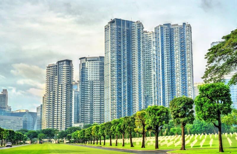 摩天大楼如被看见从马尼拉美国公墓,菲律宾 库存照片