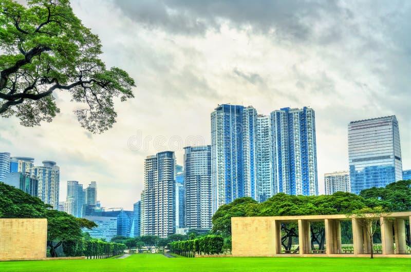 摩天大楼如被看见从马尼拉美国公墓,菲律宾 免版税库存图片