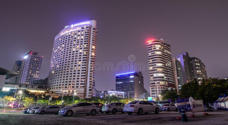 摩天大楼在晚上在汉城,韩国 免版税库存图片