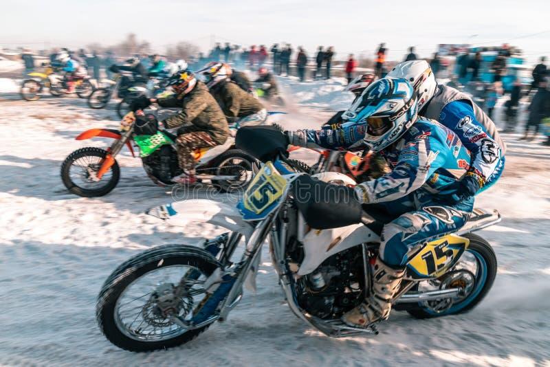 摩托车越野赛比赛在冬天在西伯利亚鄂木斯克 免版税图库摄影