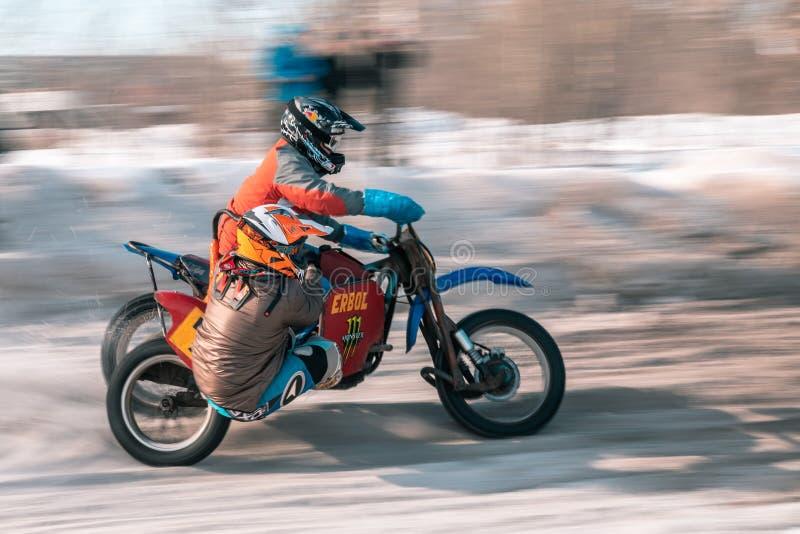 摩托车越野赛比赛在冬天在西伯利亚鄂木斯克 图库摄影