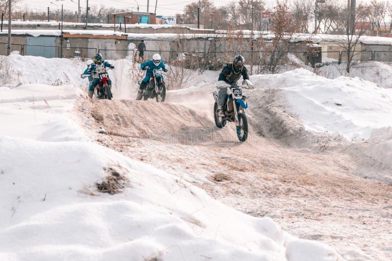 摩托车越野赛比赛在冬天在西伯利亚鄂木斯克 免版税库存图片
