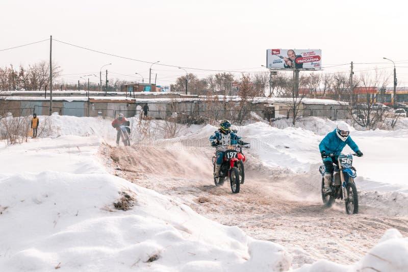 摩托车越野赛比赛在冬天在西伯利亚鄂木斯克 库存图片