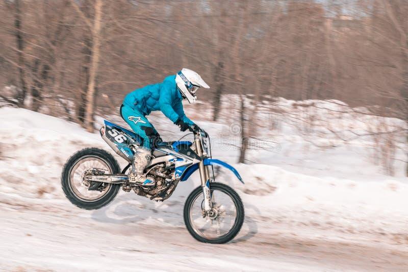 摩托车越野赛比赛在冬天在西伯利亚鄂木斯克 免版税库存照片