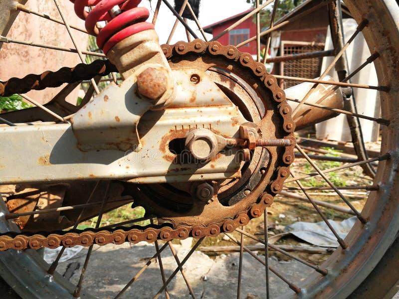 摩托车老和生锈的链子  图库摄影