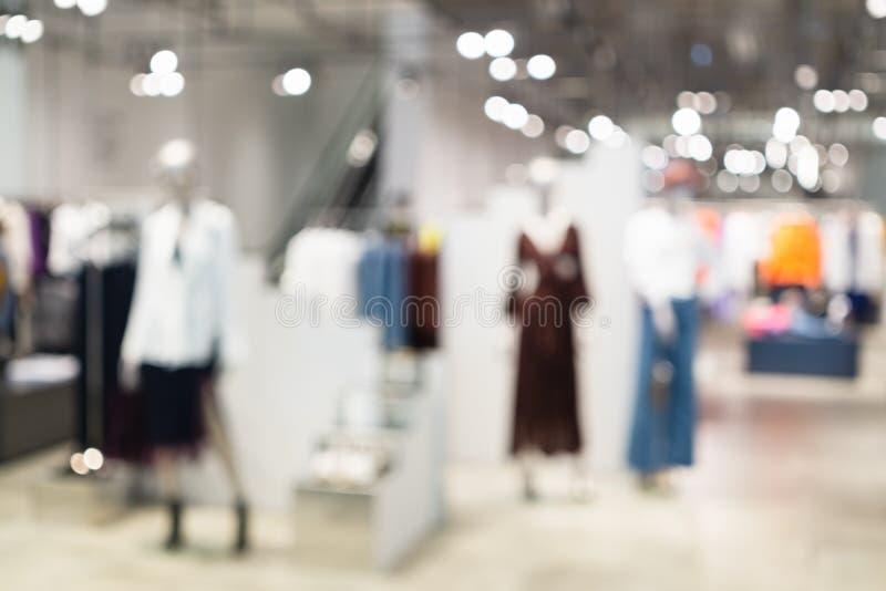 摘要被弄脏时尚服装店精品店内部在购物中心,有bokeh轻的背景 被弄脏的图象  免版税库存图片