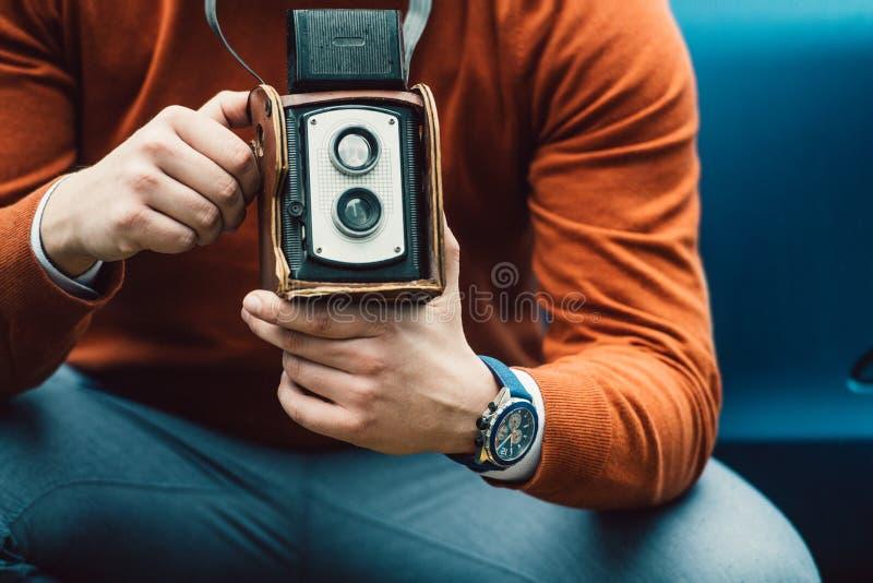 摄影师与葡萄酒老照相机的人照相 免版税图库摄影