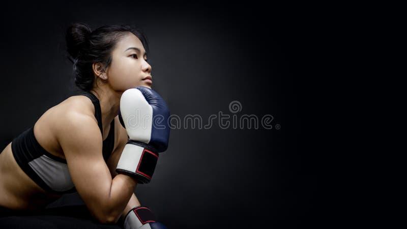 摆在与蓝色拳击手套的亚裔女孩拳击手 免版税库存图片