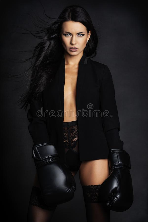 摆在女用贴身内衣裤的拳击手手套的花姑娘 库存图片