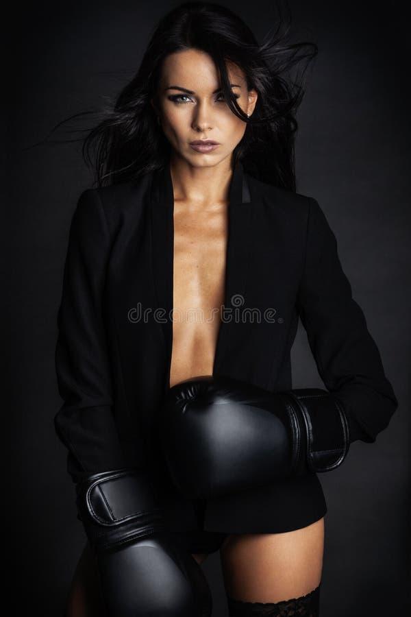 摆在女用贴身内衣裤的拳击手手套的花姑娘 免版税库存照片