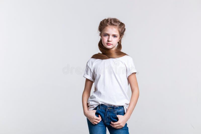 摆在照相机的镇静长发俏丽的女孩 免版税图库摄影