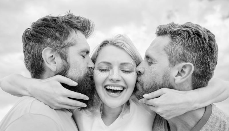 您应该知道避免朋友区域起动约会的一切 她喜欢男性关注 与两个人的女孩拥抱 友好 库存图片