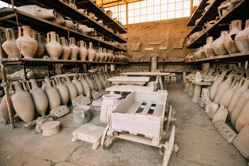 意大利庞贝城 人工制品在庞贝城粮仓  库存图片