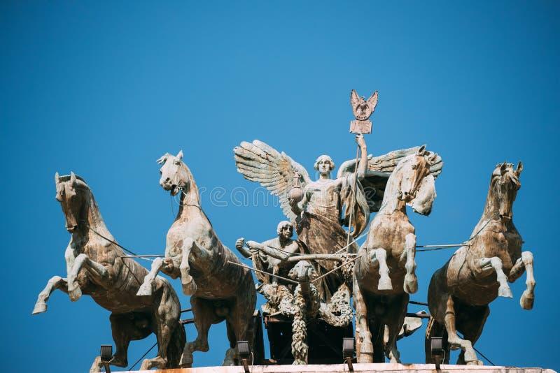 意大利罗马 在正义宫殿山顶的伟大的古铜色四马二轮战车  免版税库存图片