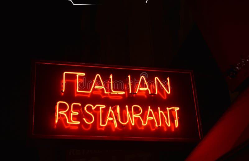 意大利餐厅签到氖 库存图片