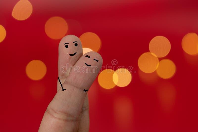 愉快和被迷恋的手指加上红色背景和迷离作用,bokeh 背景蓝色框概念概念性日礼品重点查出珠宝信函生活纤管红色仍然被塑造的华伦泰 库存图片