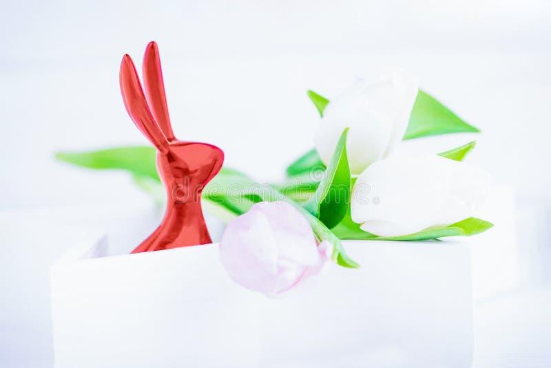 愉快的复活节 复活节兔子和精美郁金香在白色背景 复制空间 免版税库存图片