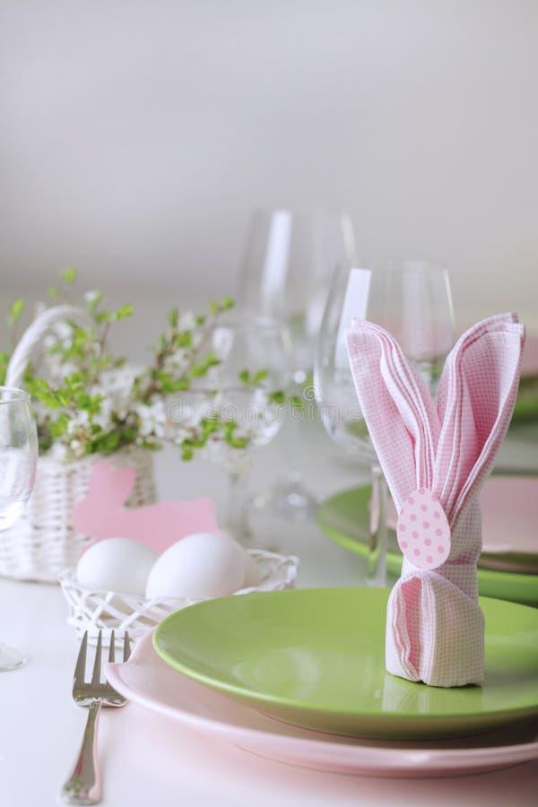 愉快的复活节 复活节桌的装饰和桌设置是有桃红色和绿色桃红色郁金香和盘的一个花瓶  免版税图库摄影