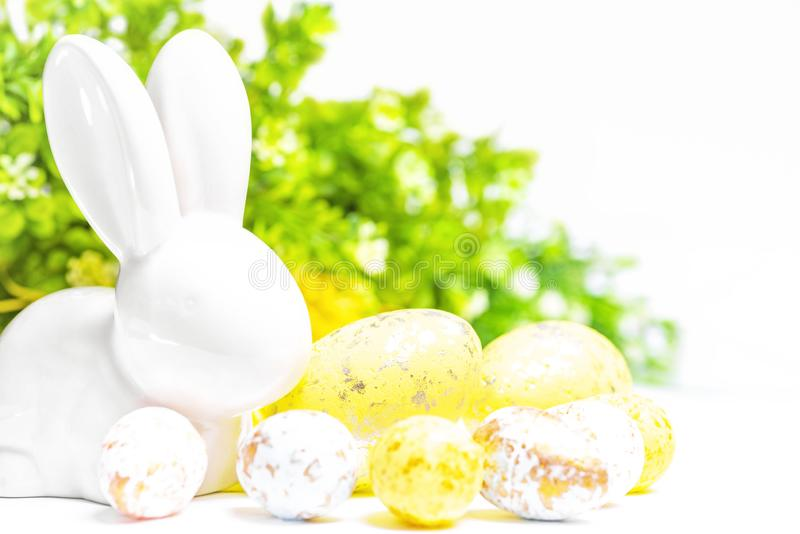 愉快的复活节 在白色背景的复活节白色兔宝宝用复活节彩蛋 复活节与复活节兔子的贺卡 库存照片