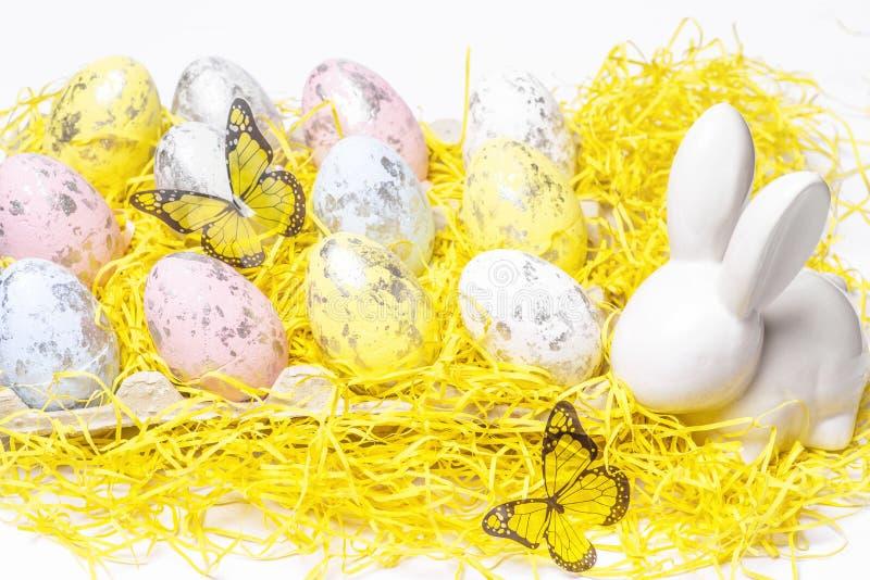 愉快的复活节 在白色背景的复活节白色兔宝宝用复活节彩蛋 复活节与复活节兔子的贺卡 库存图片