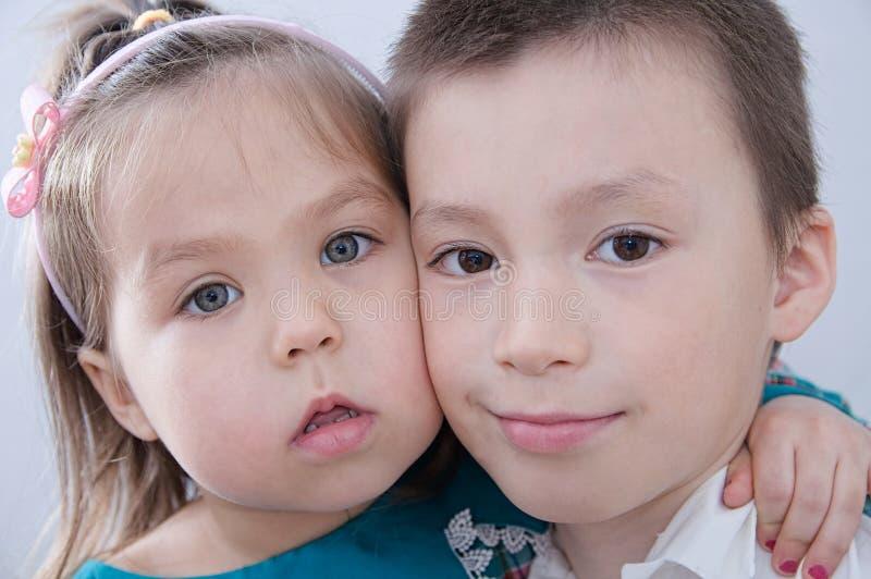 愉快的子项 男孩和女孩画象 孩子关闭面孔 免版税图库摄影