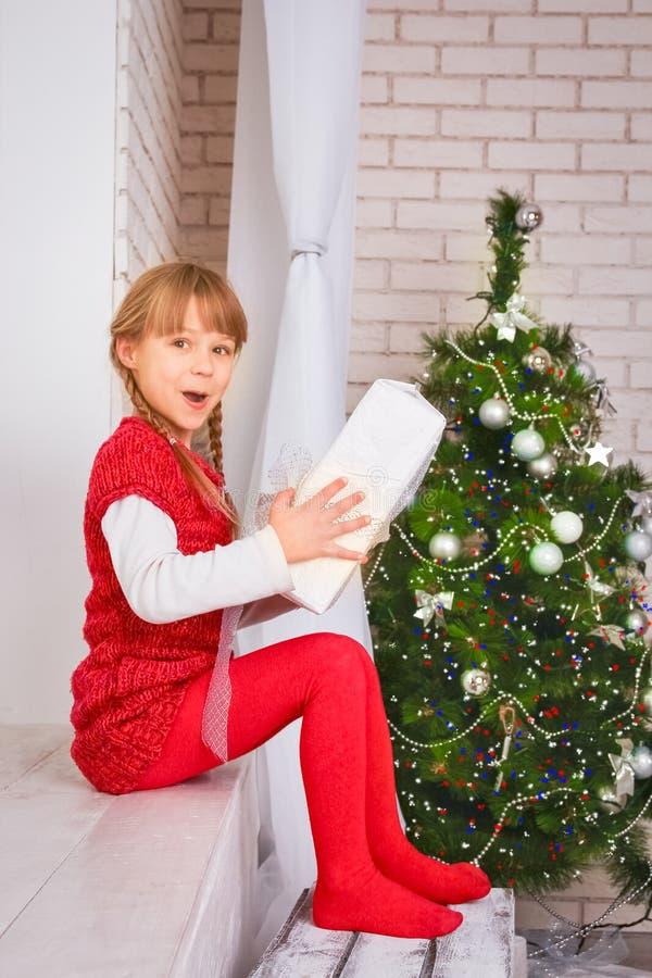 愉快的孩子在家在圣诞节 免版税库存图片