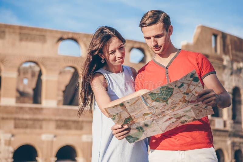 愉快的家庭在欧洲 浪漫夫妇在大剧场背景的罗马 图库摄影