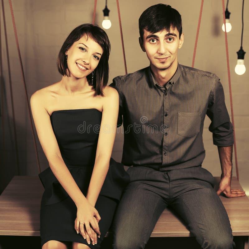 愉快的年轻夫妇坐书桌在公寓 免版税库存图片