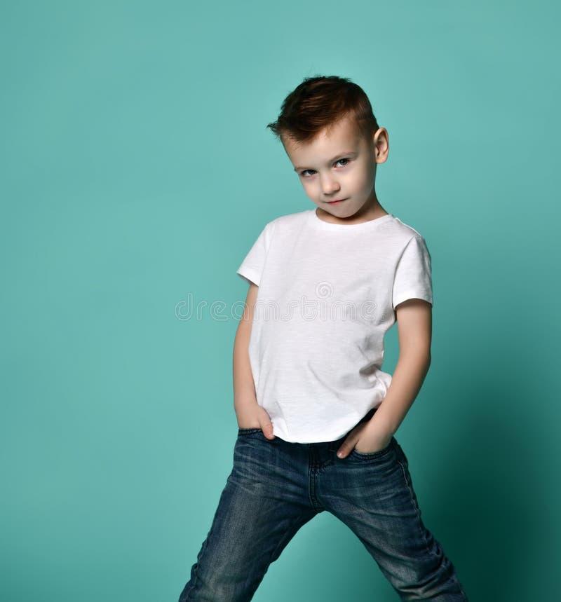 愉快的快乐的美丽的男孩画象白色背景的 库存照片