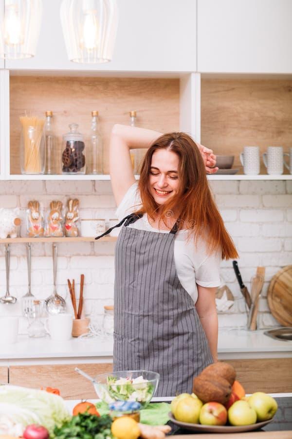愉快的厨师女性秘密食谱成份沙拉 图库摄影