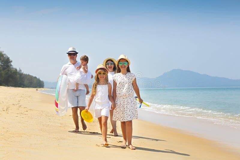 愉快的新系列获得在海滩的乐趣 免版税库存照片