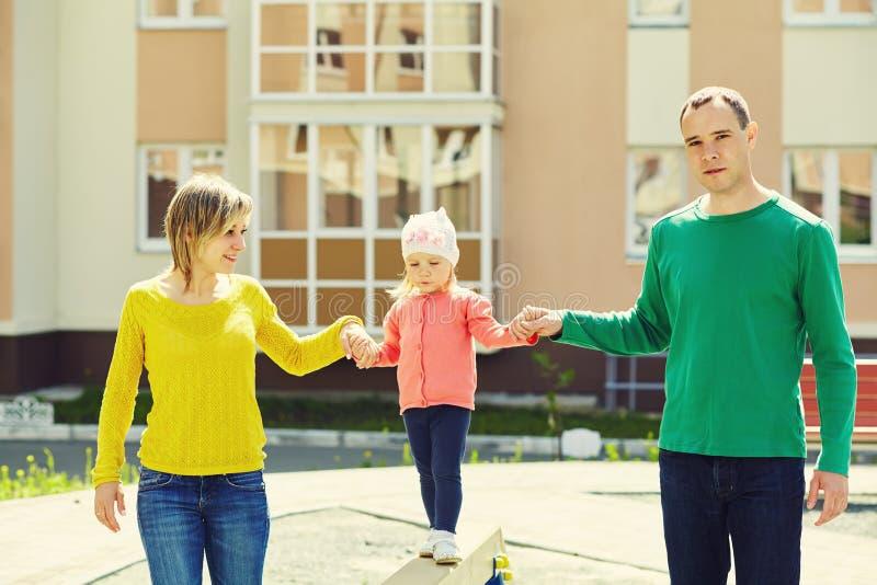 愉快的系列户外 有婴孩的年轻父母步行的在夏天 妈妈、爸爸和孩子 免版税图库摄影