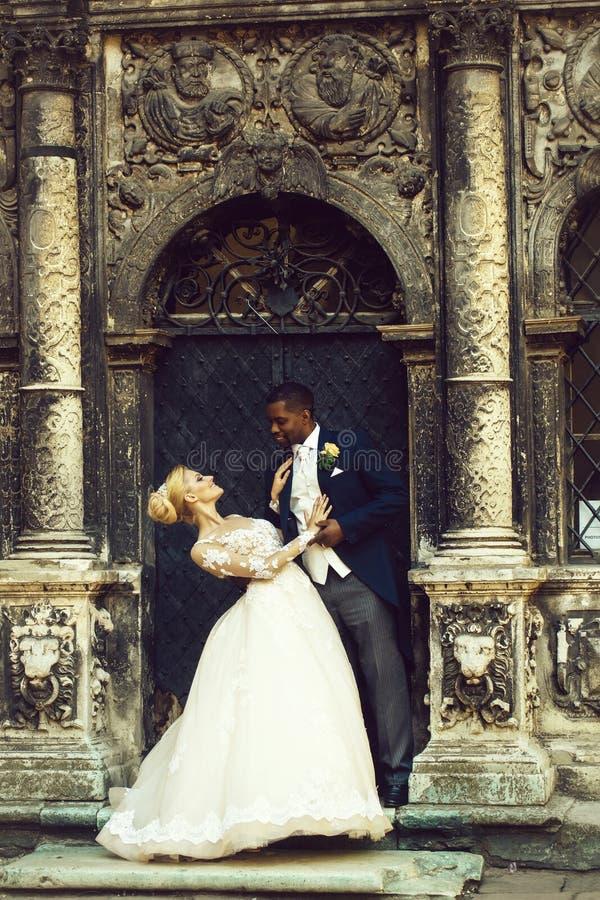 愉快的英俊的非洲新郎和逗人喜爱新娘微笑 图库摄影