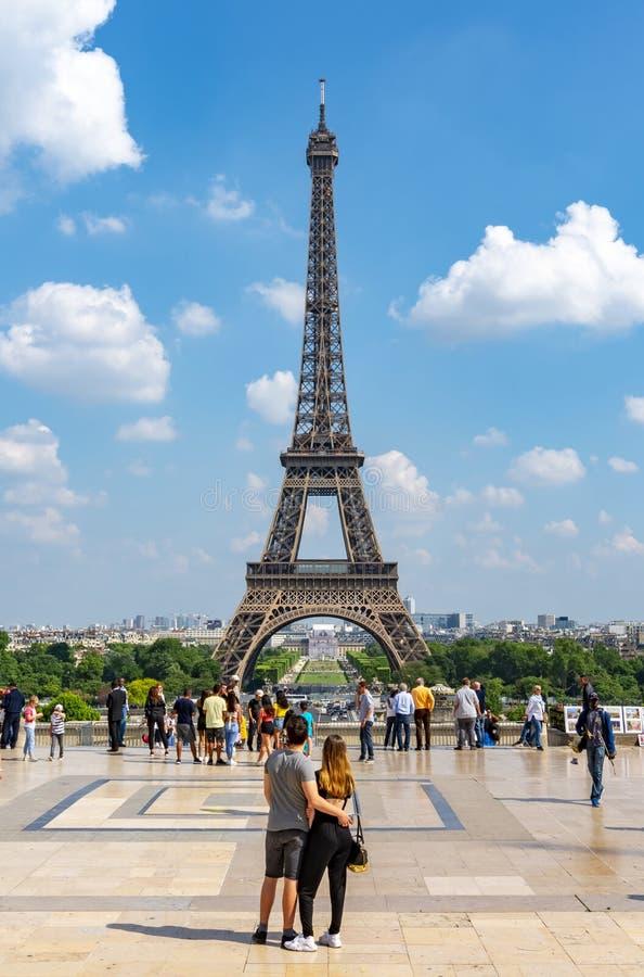 敬佩埃菲尔铁塔,巴黎,法国的看法年轻夫妇 库存图片