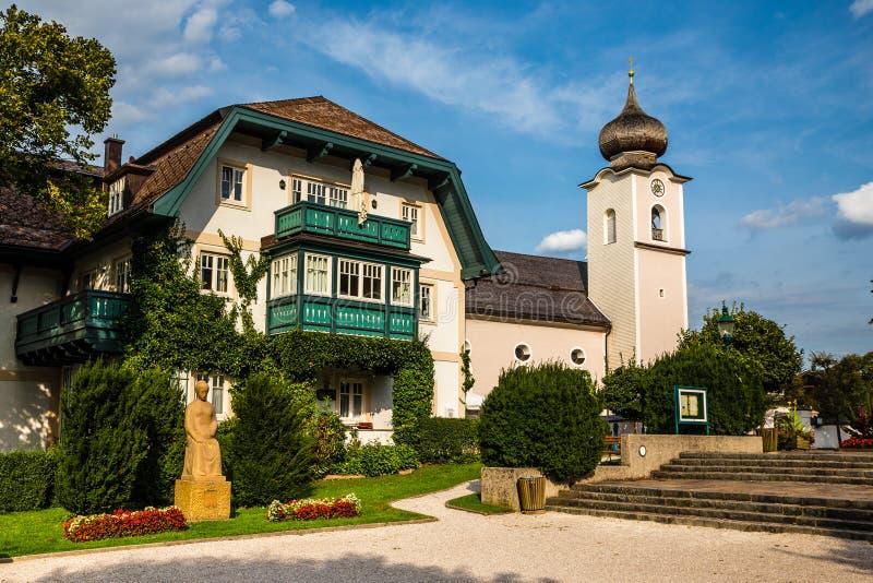 教区教堂在斯特罗布尔是沃尔夫冈湖,奥地利 免版税库存照片