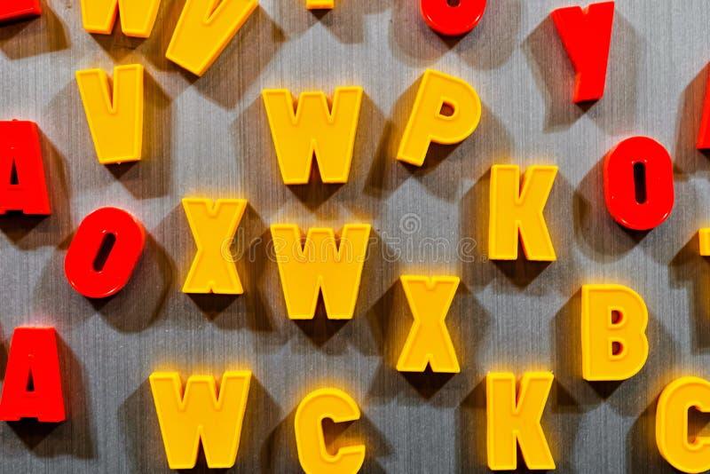 教的信件孩子斯拉夫语字母或拉丁语 库存照片