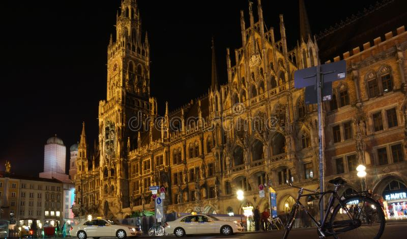 慕尼黑玛利亚广场巴伐利亚新村城镇厅夜 库存图片