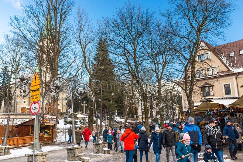 扎科帕内,波兰- 2019年2月22日 人人群沿Krupowki街道走在一个冬日 Krupowki街道是 库存图片