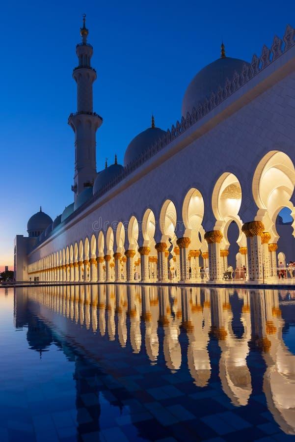 扎耶德Grand Mosque回教族长在迪拜附近的阿布扎比在晚上,阿拉伯联合酋长国照亮了 库存照片
