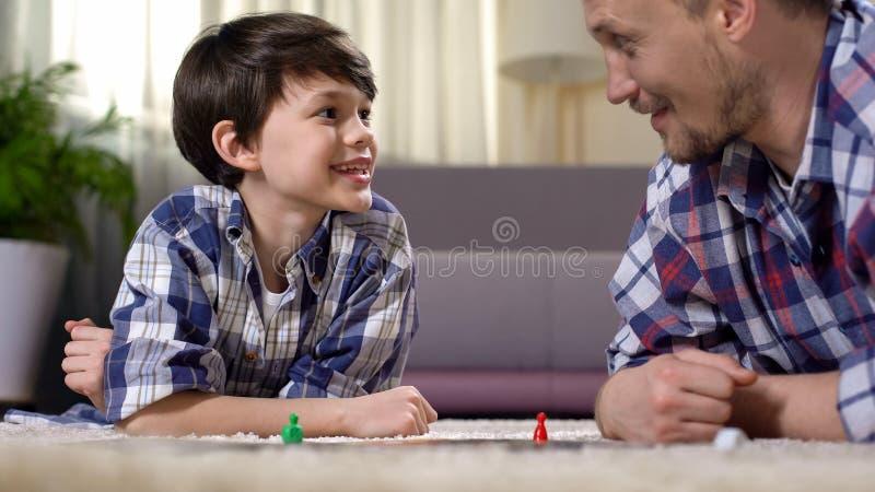 打扣人心弦的棋,父母开发的男孩技能的父亲和儿子 库存照片
