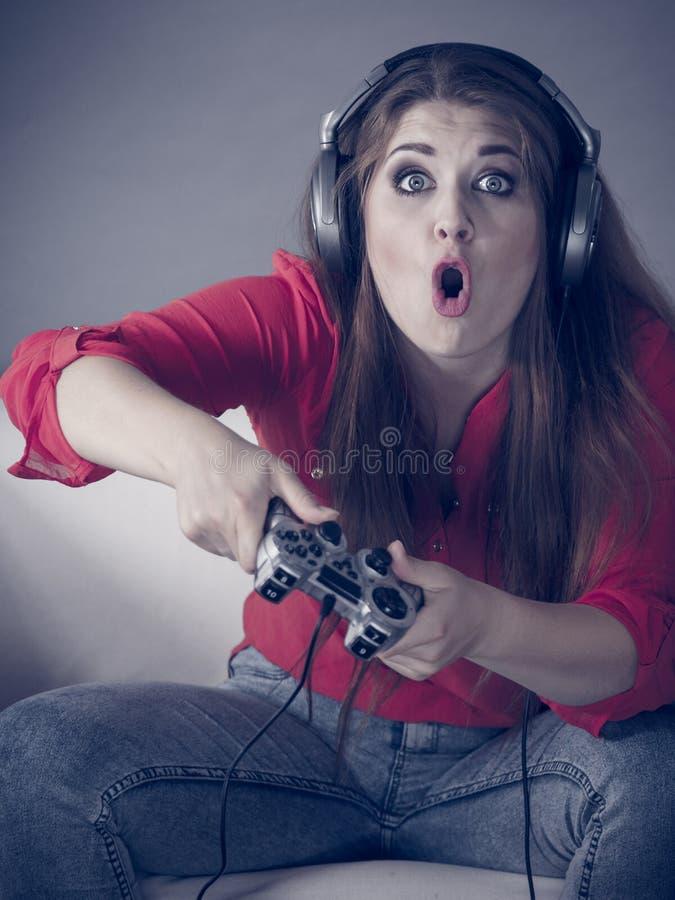 打电子游戏的少妇 免版税库存照片