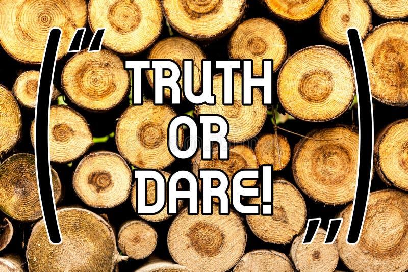 手写文本真相或胆敢 概念意思告诉实际事实或是愿意接受挑战木背景 向量例证